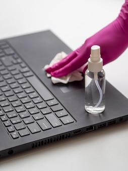 Laptop wordt gedesinfecteerd met oplossing
