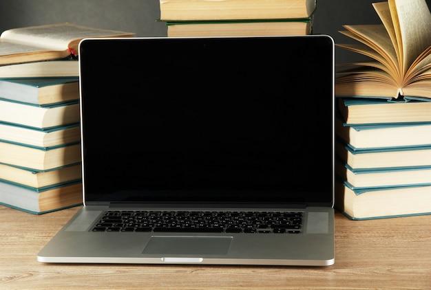 Laptopcomputer en boeken