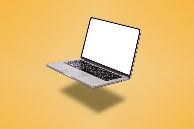 Laptopcomputer met leeg scherm geïsoleerd op gele achtergrond