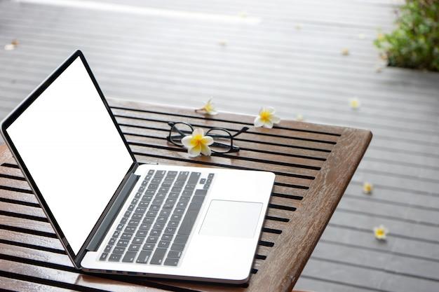 Laptopcomputer op de houten tafel