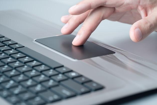 Laptopgebruiker. hand op touchpad.