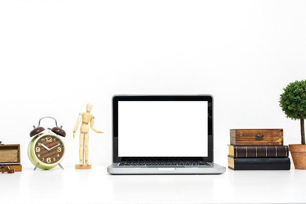 Laptopmodel op modieus georganiseerd bureau.