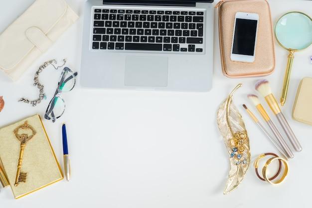 Laptoptoetsenbord met gouden vrouwenaccessoires mock-up platliggende scène, bovenaanzicht