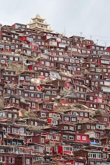 Larung gar. hoogste meningsklooster bij larung-gar (boeddhistische academie) in zonneschijndag, sichuan, china