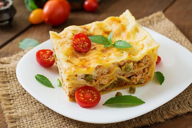 Lasagne met gehakt, doperwtjes en saus