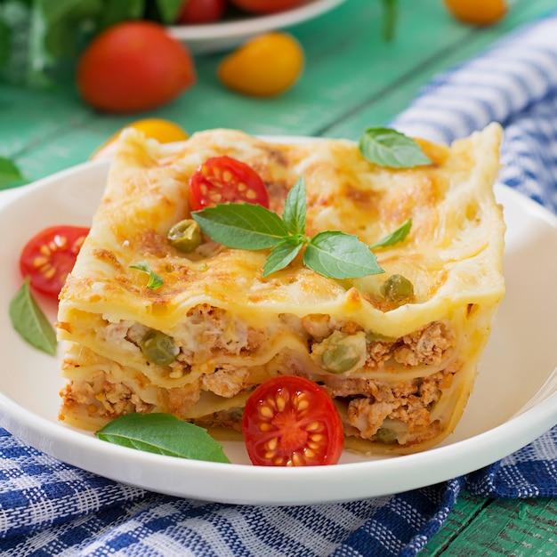 Lasagne met gehakt, groene erwten en saus
