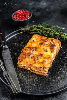 Lasagne met rundergehakt en tomatensaus op een bord