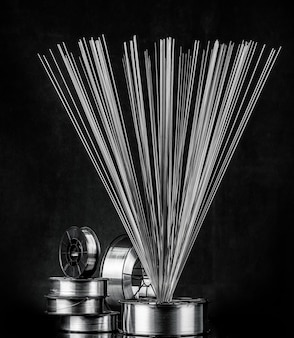 Lasdraad, roestvrij staal, op een zwarte achtergrond
