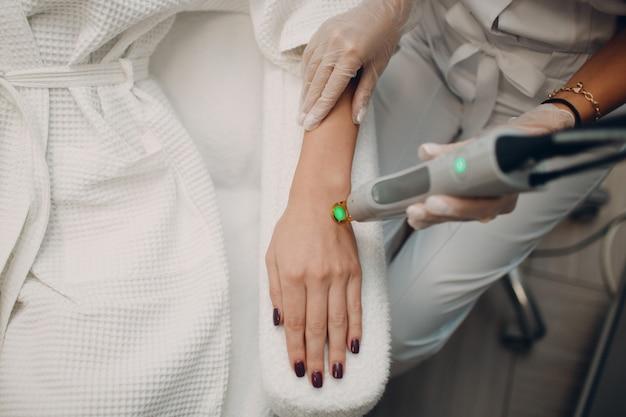 Laser epileren en cosmetologie. haarverwijdering cosmetologie procedure. laser epileren en cosmetologie. cosmetologie en spa-concept.