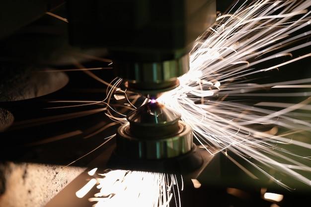 Laser machine snijden metalen plaat in fabriek close-up. modern metaalbewerkingstechnologieënconcept