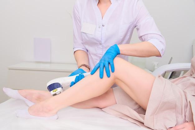 Laserprocedure in de kliniek van laserkosmetiek.