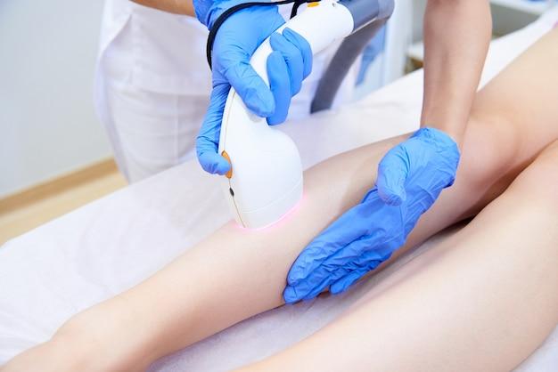 Laserprocedure in de kliniek voor esthetische cosmetologie.