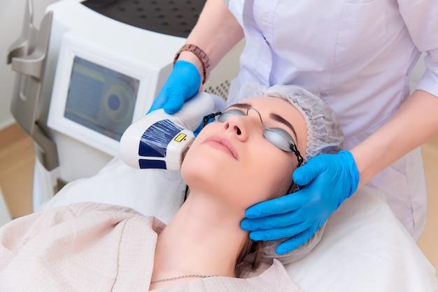 Laserprocedure in de kliniek voor lasercosmetica.