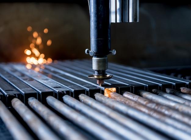 Lasersnijmachine die de gaten in pijpen snijdt.