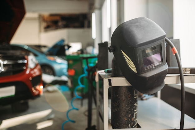 Lashelm in autoservice, niemand. professionele auto-onderhoudstools en -apparatuur, carrosseriewerkzaamheden
