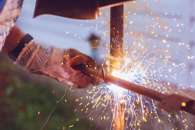 Lasmachine in het werken met vonken