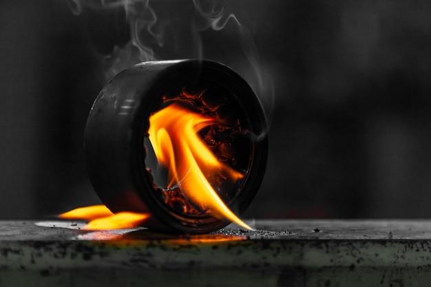 Lassen de close-up mannelijke lasser metaal met behulp van een gasfornuis. werknemer gebruik gasbrander voor metalen onderdelen in een werkplaats.