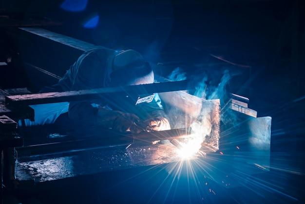 Lassen van staalconstructies en heldere vonken in de bouw. blauwe toon