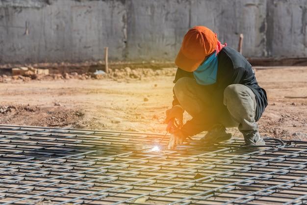 Lassen van stalen structuur in bouwplaats met zonlicht