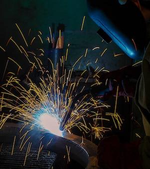 Lasser verkoopt metalen onderdeel van vrachtwagen