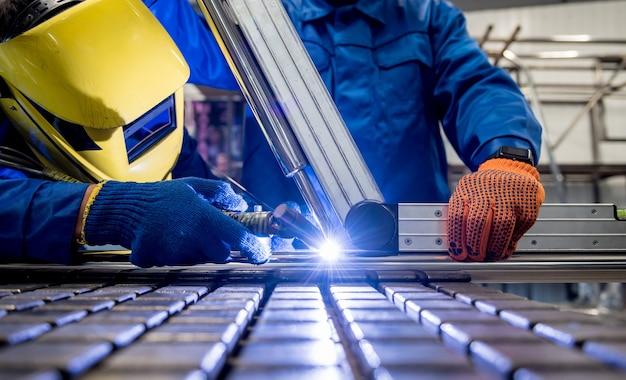 Lasser werkt in een staalfabriek met argonlassen