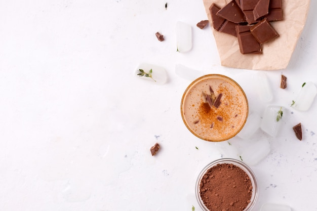 Lassi-chocolade is een traditionele indiase koude drank