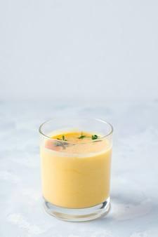 Lassi drinkt mango op grijs beton met plaats voor tex