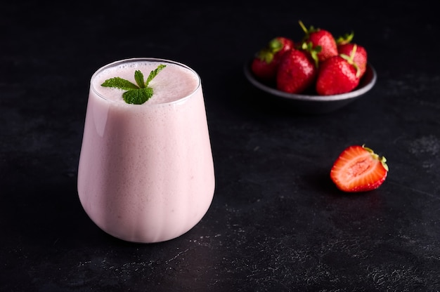 Lassi is een traditioneel indiaas koud verfrissend drankje met yoghurt, aardbeienmunt en ijs perfect