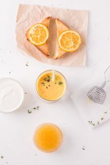 Lassi-ontbijt met mango en sandwich.