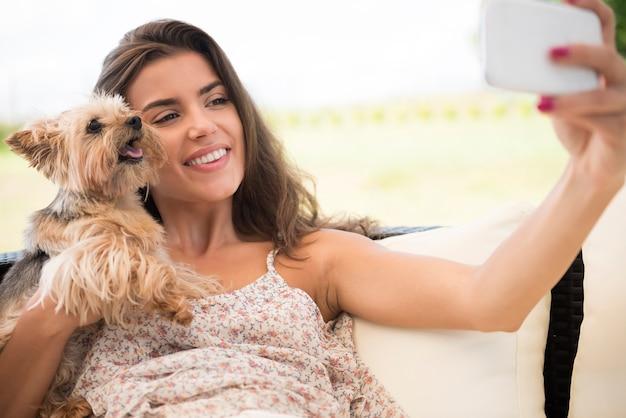 Laten we de selfie maken met kleine puppy's