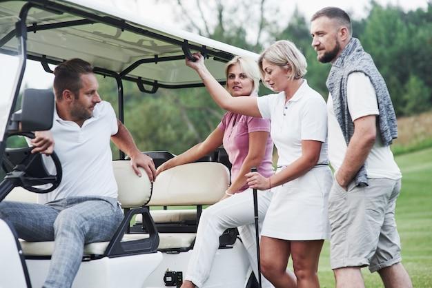 Laten we een ritje maken. na de wedstrijd aan de golfkar zitten.