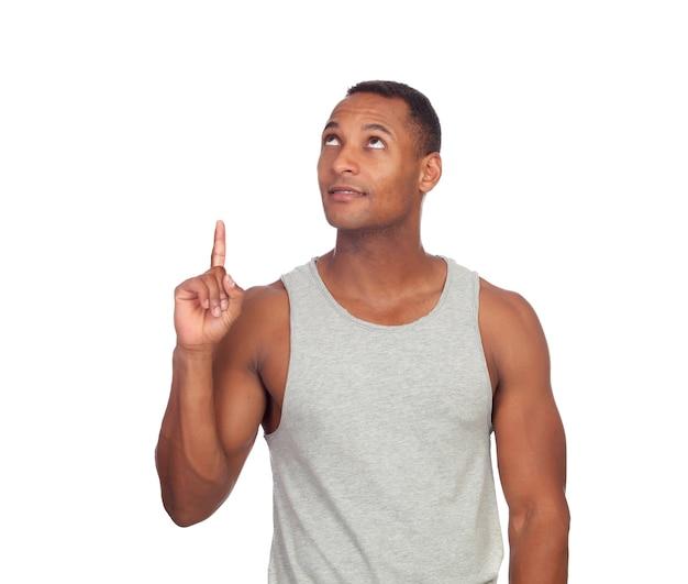 Latijns-amerikaanse casual man wijst naar boven met finge