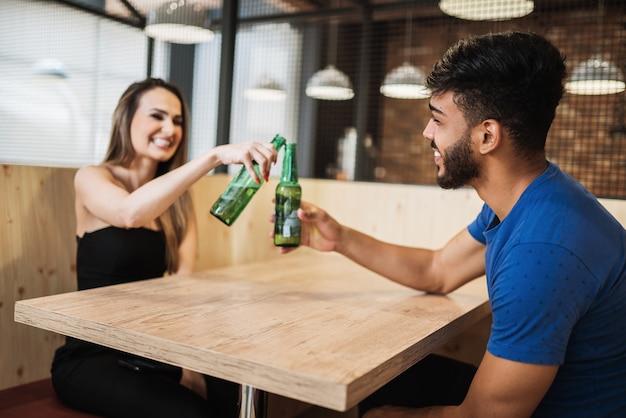 Latijns paar dat alcohol drinkt aan de bar