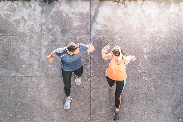 Latijns-paar hardlopen of joggen samen buitenshuis.