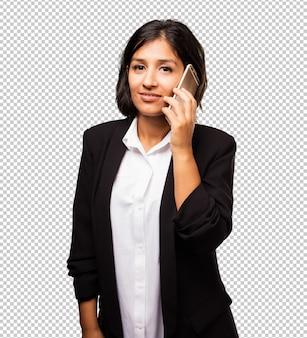 Latijnse bedrijfsvrouw die op mobiele telefoon spreekt