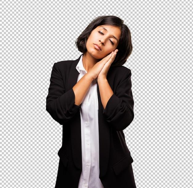 Latijnse bedrijfsvrouw die slaapgebaar doet