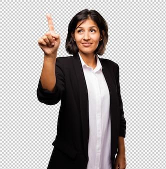 Latijnse bedrijfsvrouw wat betreft het scherm
