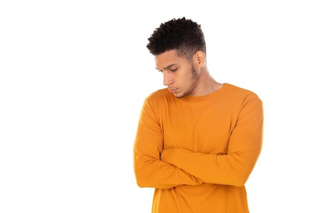 Latijnse kerel met kort afrohaar dat op witte achtergrond wordt geïsoleerd