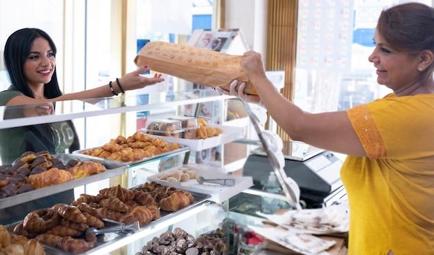 Latijnse vrouw die in een kippenwinkel werkt