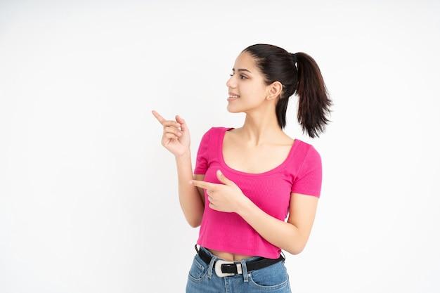 Latijnse vrouw die met vingers op witte achtergrond richt
