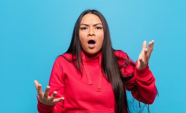 Latijnse vrouw met open mond en verbaasd, geschokt en verbaasd met een ongelooflijke verrassing