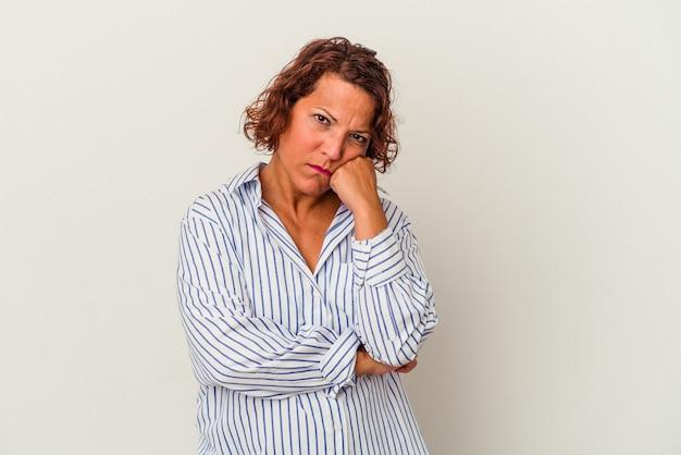 Latijnse vrouw van middelbare leeftijd geïsoleerd op witte achtergrond moe van een repetitieve taak.