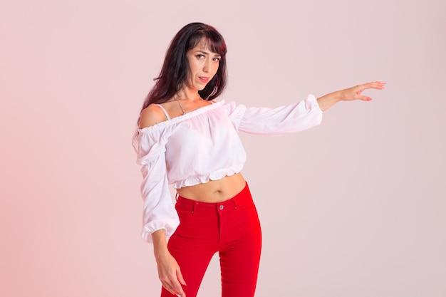 Latina-dans, stripdans, hedendaags en bachata-damesconcept - vrouwendansimprovisatie en