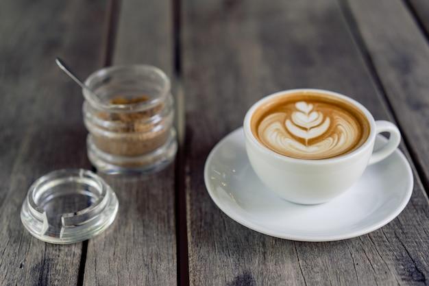 Latte art koffie in een witte mok