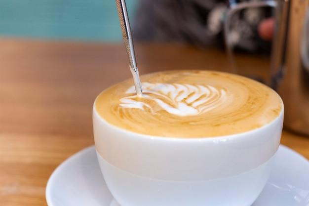 Latte art. kunst van het tekenen op koffie. een tekening van een zwaan op een schuim latte