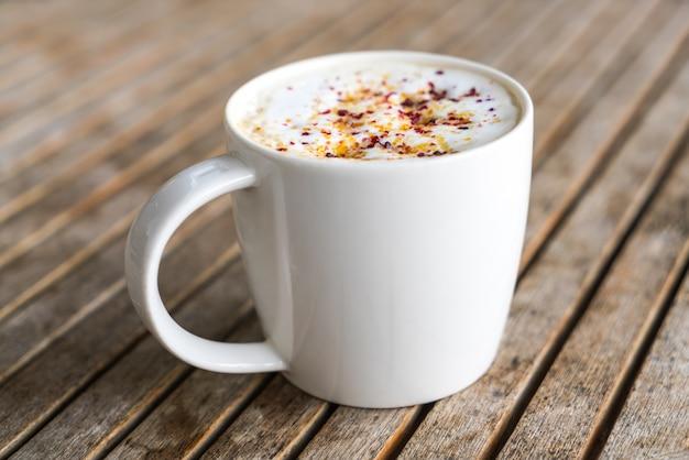 Latte coffee kunst op de houten tafel