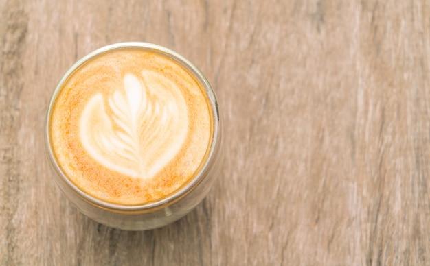 Latte coffee kunst op de houten tafel.