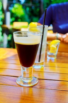 Latte coffee of caffe latte in hoge latte-brillen met tafelinstellingen