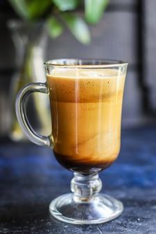 Latte koffie cappuccino dalgona in transparant glas zoete drank