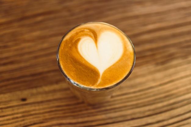 Latte-koffie met hart. concept liefde en valentijnskaart.